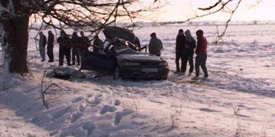 FOTO VIDEO Un barbat care se intorcea de la priveghiul tatalui a murit dupa ce a intrat cu masina intr-un copac