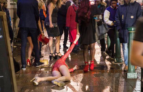 DEZMAT DE REVELION. Mai multi tineri au intretinut relatii sexuale in plina strada. S-au dezbracat si s-au drogat in vazul tuturor. Momentele JALNICE au fost filmate. VIDEO FOTO