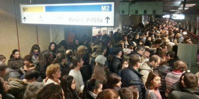 Defectiune la metrou: circulatie ingreunata pe Magistrala 2, dupa ce un cablu a luat foc la Piata Victoriei