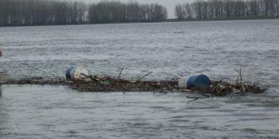 Poluare masiva pe Dunare cu peturi si butoaie de hidrocarburi. Garda de Mediu nu a stabilit inca vinovatii