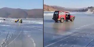 VIDEO Manevre extreme pe Lacul Cincis: doi soferi au testat cu masinile covorul de gheata al apei adanci de 30 de metri