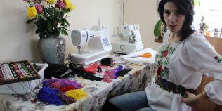 Tanara care a renuntat la o cariera in industria farmaceutica pentru a promova costumul popular romanesc