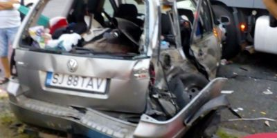 Patru raniti dupa ce un autoturism s-a ciocnit cu un autocar, pe DN 6. Un copil a fost proiectat prin luneta masinii