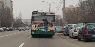 VIDEO Un pusti a mers agatat in spatele autobuzului, pe un bulevard aglomerat
