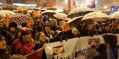 In ciuda gerului, mii de macedoneni au iesit in strada pentru a apara numele tarii