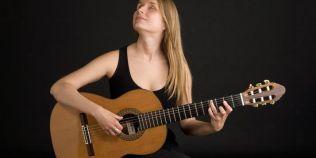 VIDEO O romanca nevazatoare canta uluitor la chitara. Muzica sa a fost auzita in toata lumea, din Europa pana in Canada