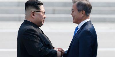 VIDEO Intalnire istorica. Liderul Coreei de Nord si cel al Coreei de Sud au dat mana la granita dintre cele doua state