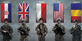 Un militar roman dotat cu AKM apare intr-un afis al Grupului de Lupta NATO din Polonia